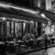 Paris de nuit rue pavée bar brasserie